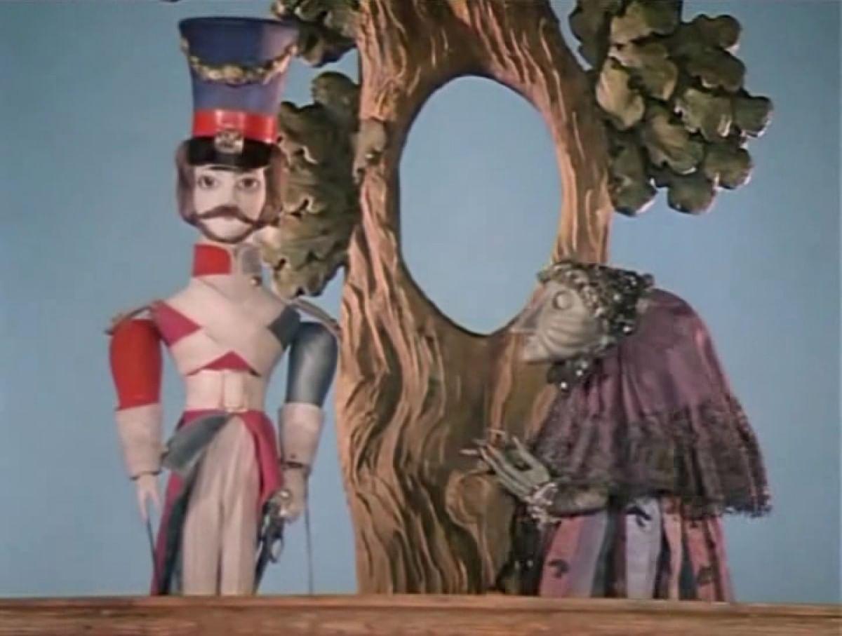 Кадры из кукольного спектакля «Солдат и ведьма»