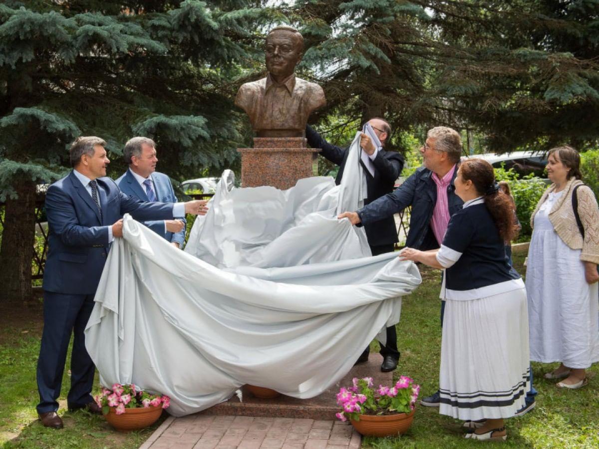 Открытие памятника Николаю Заболоцкому в Тарусе. Фото: пресс-служба правительства Калужской области