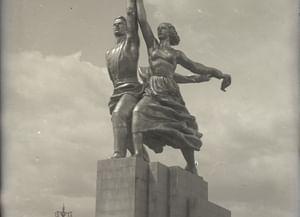 Площадь перед входом на Всесоюзную сельскохозяйственную выставку 1939 года со скульптурой «Рабочий и колхозница»