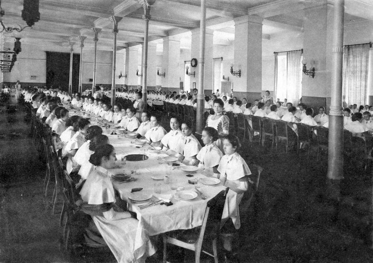 Воспитанницы Смольного института в столовой