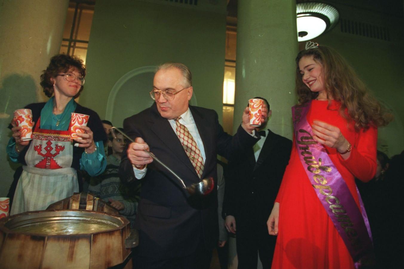 По традиции в Татьянин день ректор угощает студентов медовухой.
