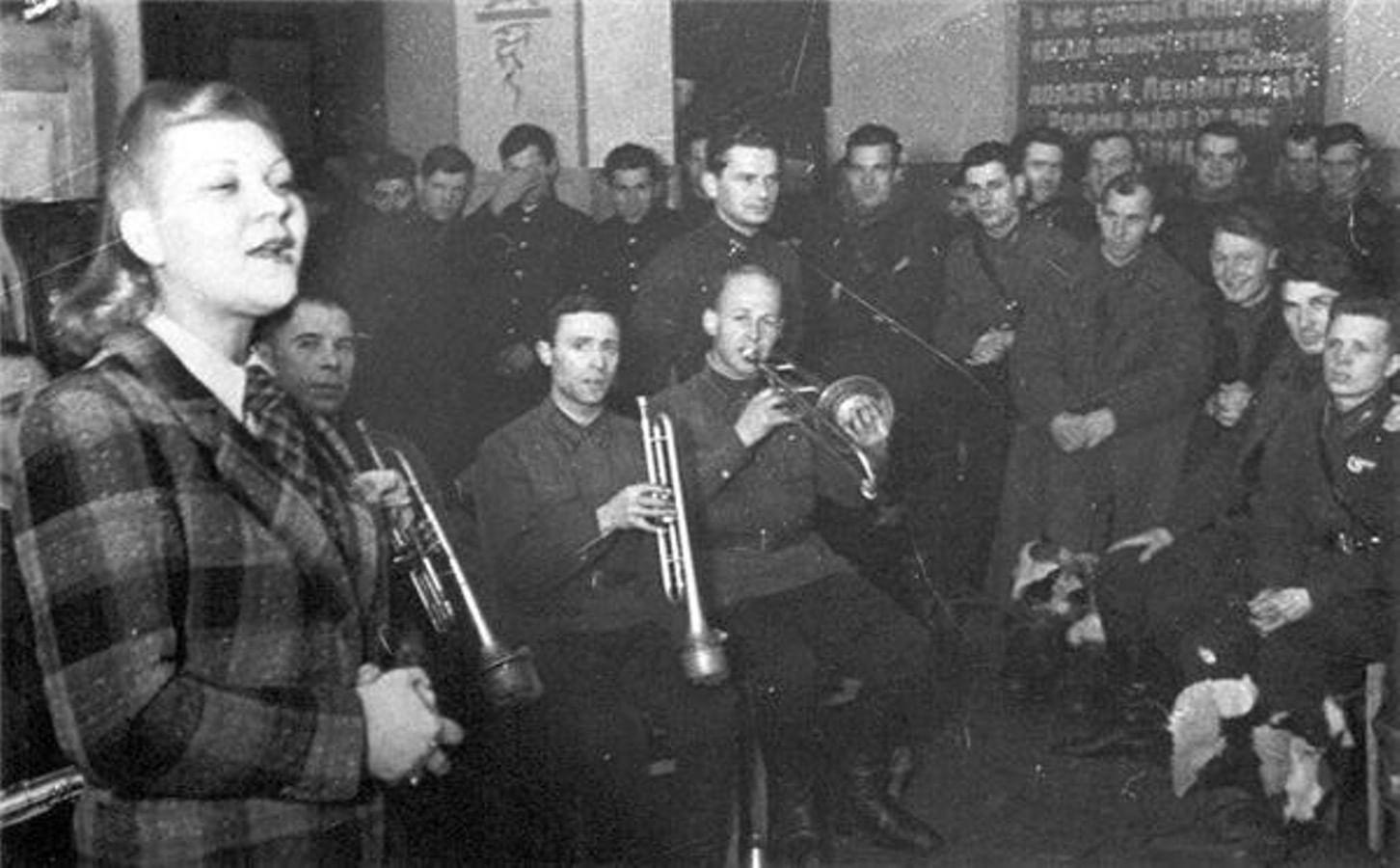 Клавдия Шульженко на фронте.