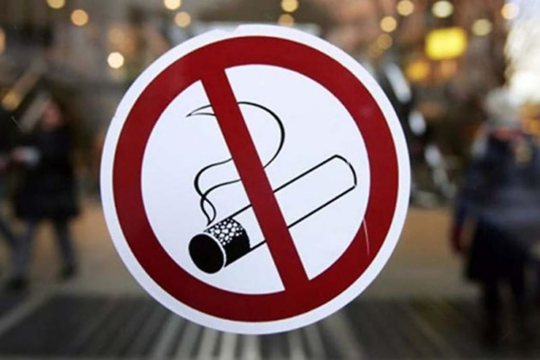 Новый закон запрещает курить в образовательных и медицинских.