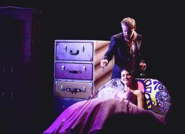 Спектакль «Она вас нежно целует»