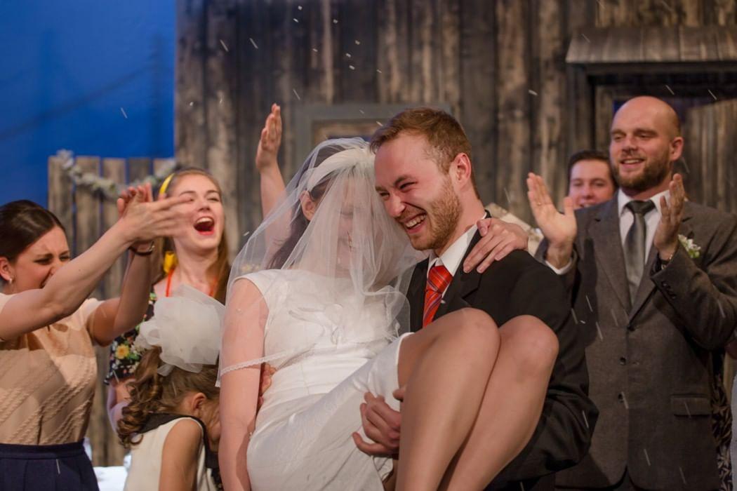 В день свадьбы спектакль на фонтанке
