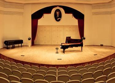 Галерея портретов музыкантов в концертном зале «Центральной музыкальной школы»