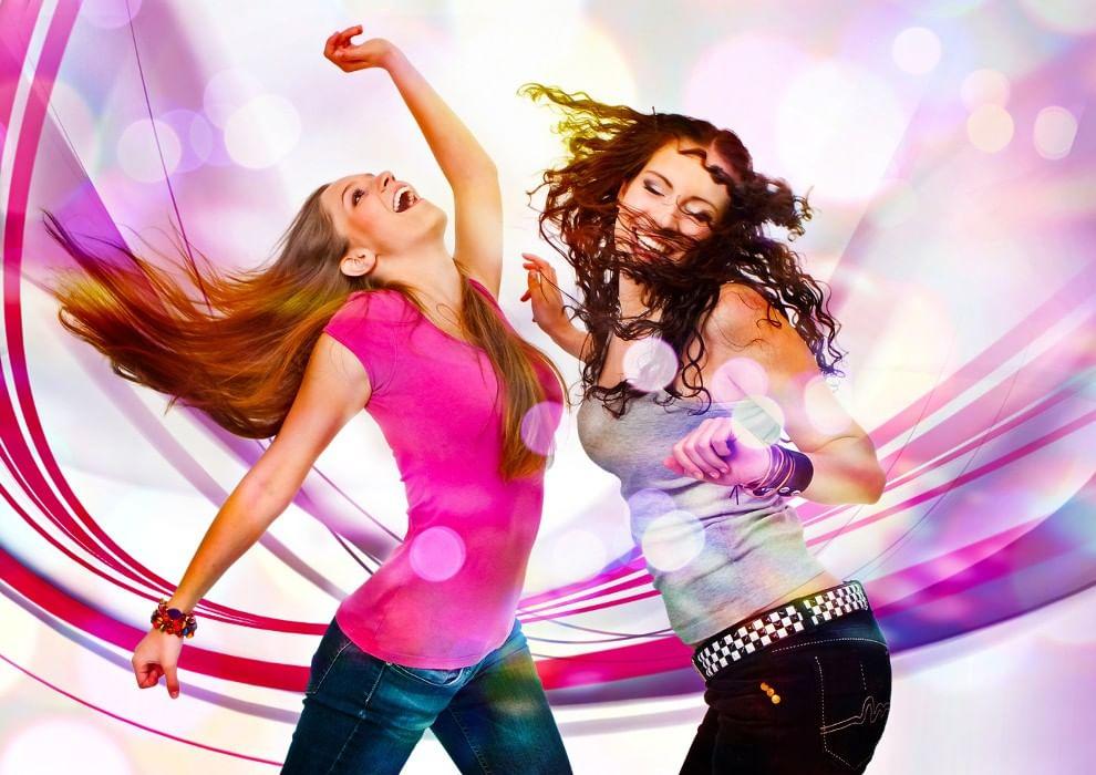 Открытка подруги танцуют, вот дома