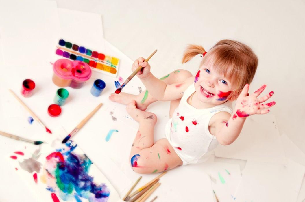 Картинка девочка с кисточками