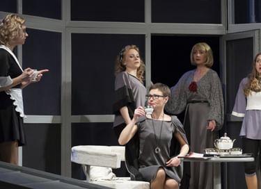 Спектакль «Восемь любящих женщин»