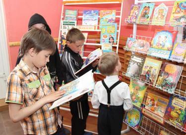 Передвижная книжная выставка «Читаем всей семьей»