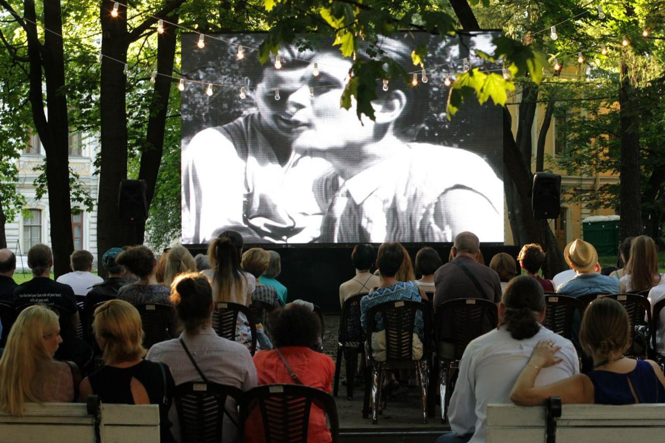 Фестиваль кино под открытым небом. Фотография: akhmatova.spb.ru