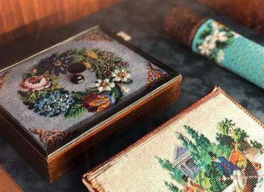 Выставка «И ярче краски в них и веселей узоры»