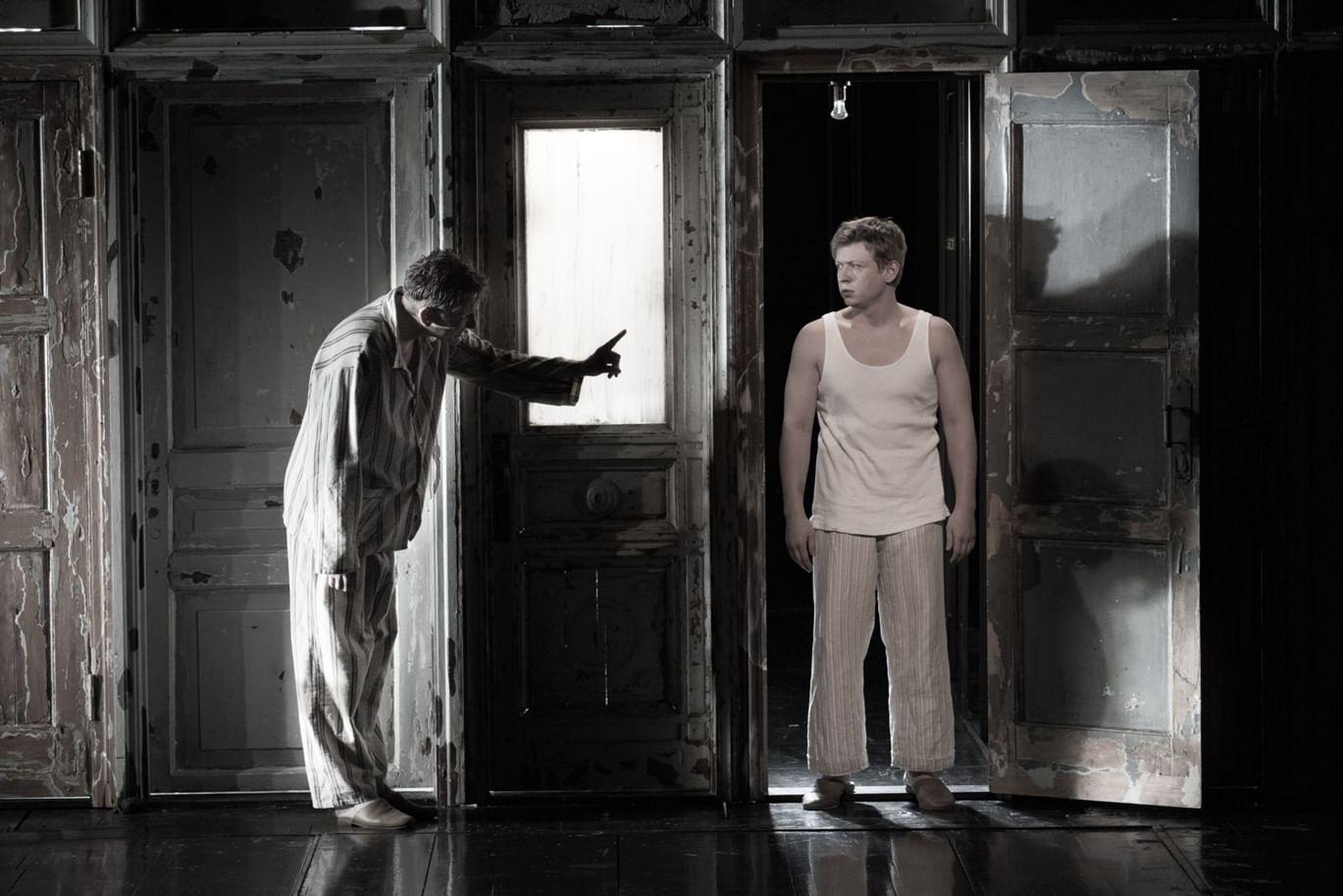Сцена из спектакля «Самоубийца». Фотография: oppeople.ru