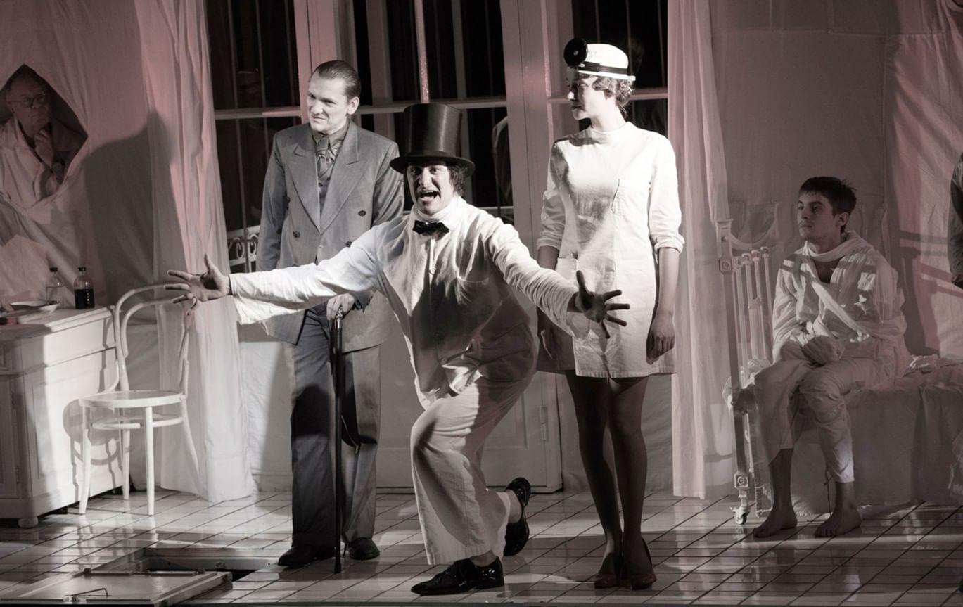 Сцена из спектакля «Мастер и Маргарита». Фотография: sti.ru