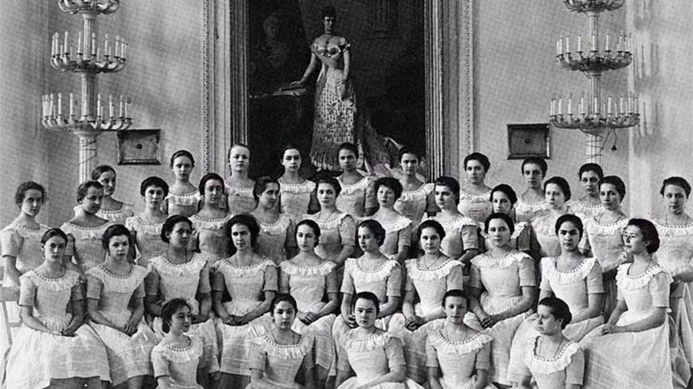 Картинки по запросу Знаменитый институт благородных девиц был основан 255 лет назад.