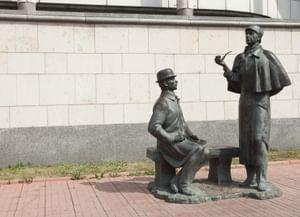 Памятник Шерлоку Холмсу и доктору Ватсону в Москве