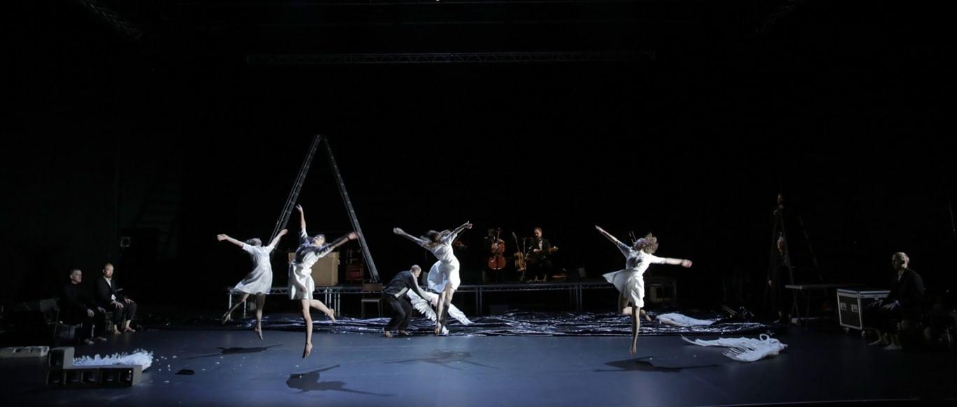 Танцевальный коллектив Teac Damsa. Фотография: dance-inversion.ru