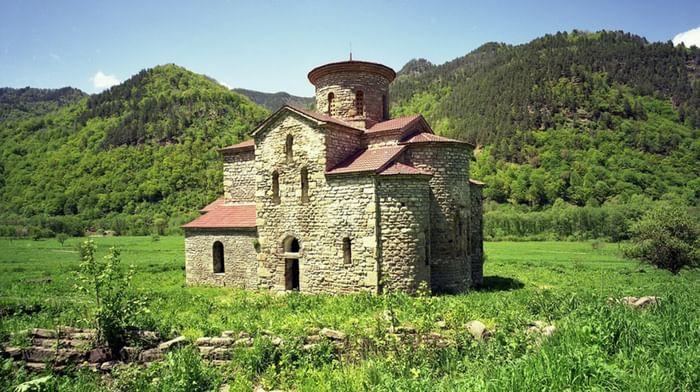Храм на Нижне-Архызском городище (Средний) в республике Карачаево-Черкессия