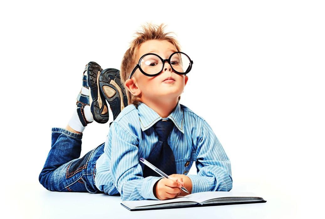 чисто картинка умного человека в очках подписал распоряжение, согласно