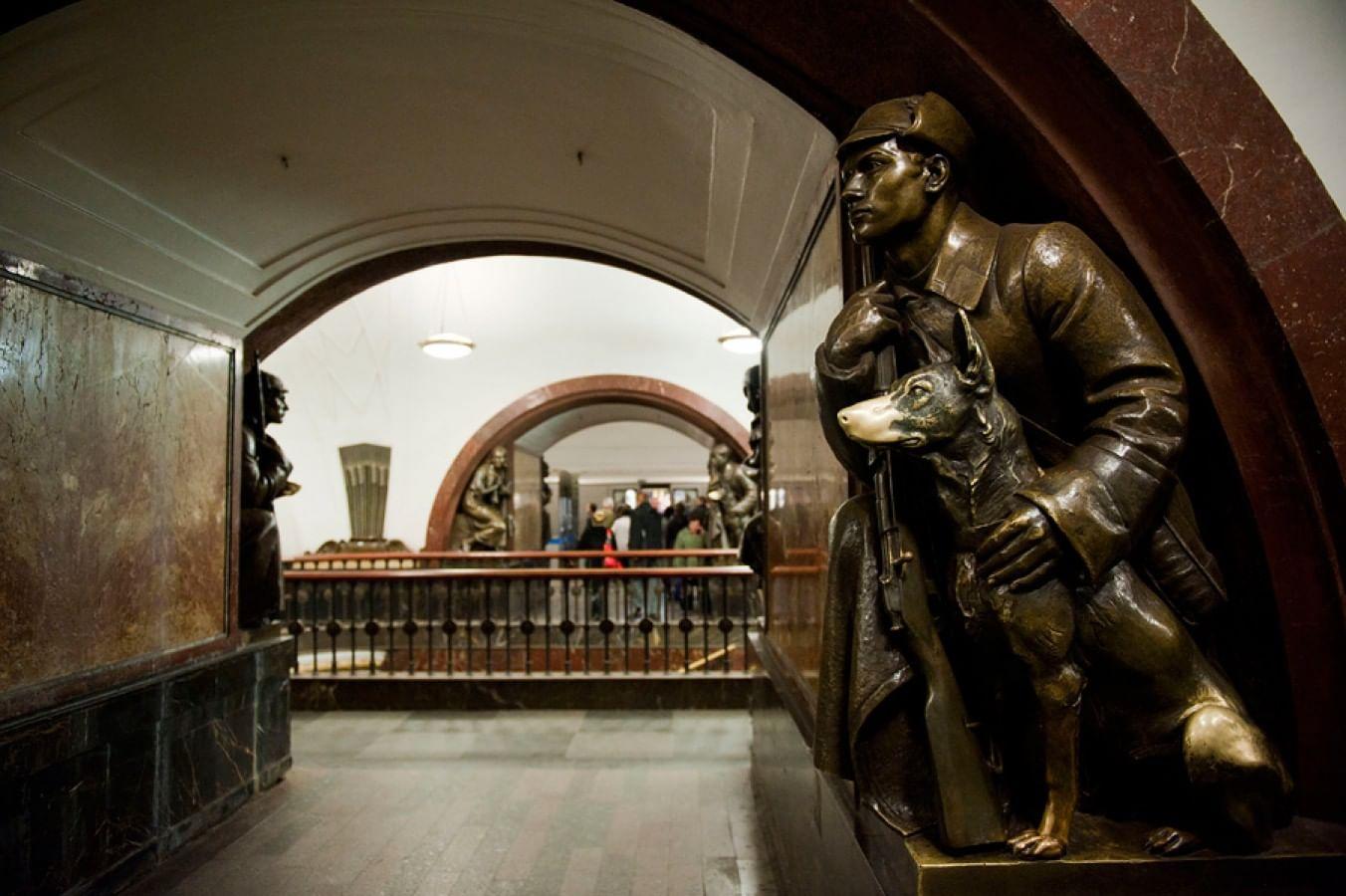 Пограничник с собакой на станции метро «Площадь Революции», Москва