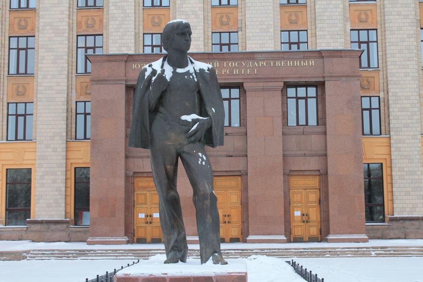 Памятник вечному студенту в Челябинске