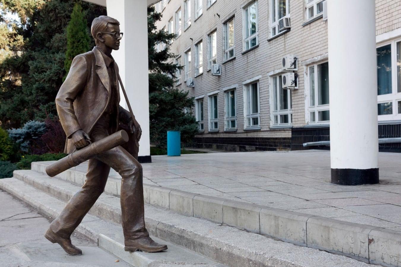 Памятник «Студент, спешащий на занятия» в Тольятти