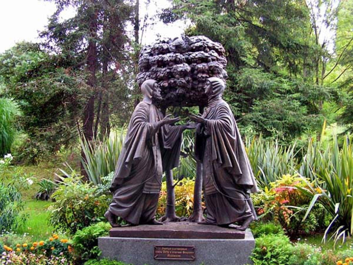 Памятники Петру и Февронии