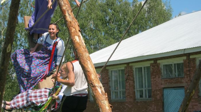 Пасхальное качание на качелях и качельные песни в русских селах Вавожского района Удмуртской республики