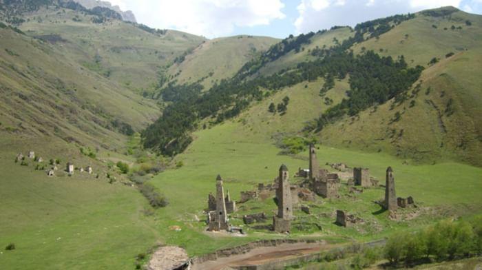 Склепы, святилища, мавзолей в комплексе Джейрахско-ассинском государственном историко-архитектурном и природном музее-заповеднике в Ингушетии