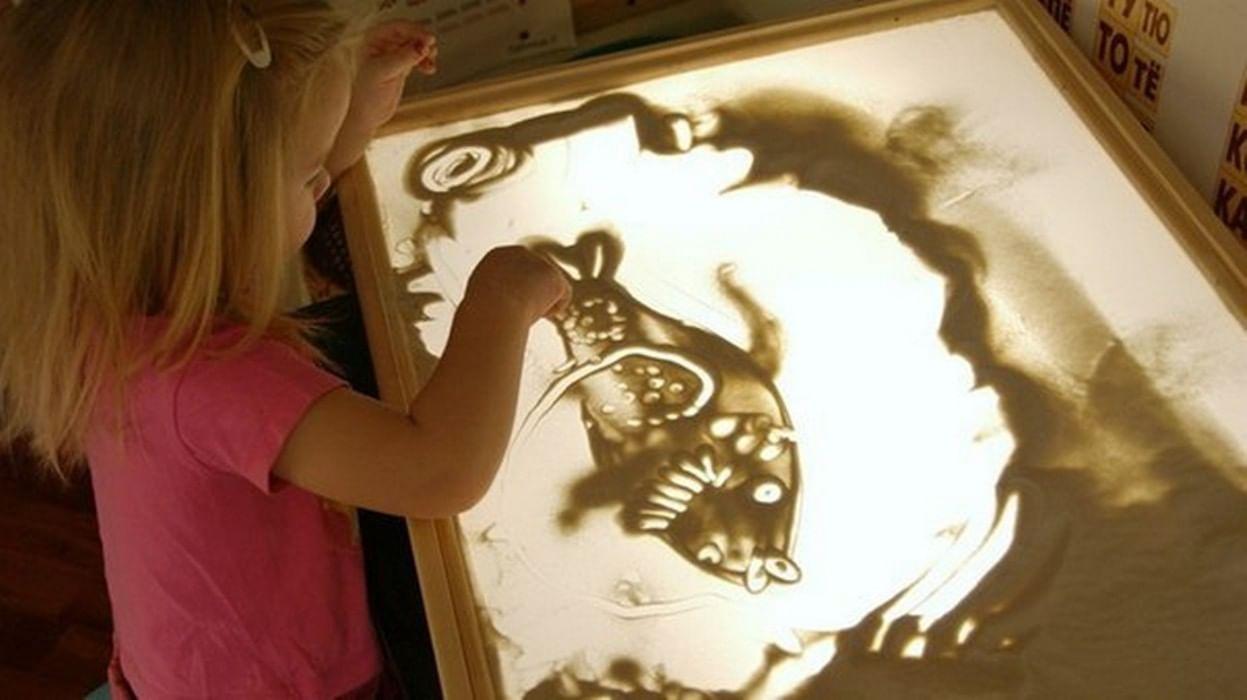 Как называется стекло на котором рисуют песком