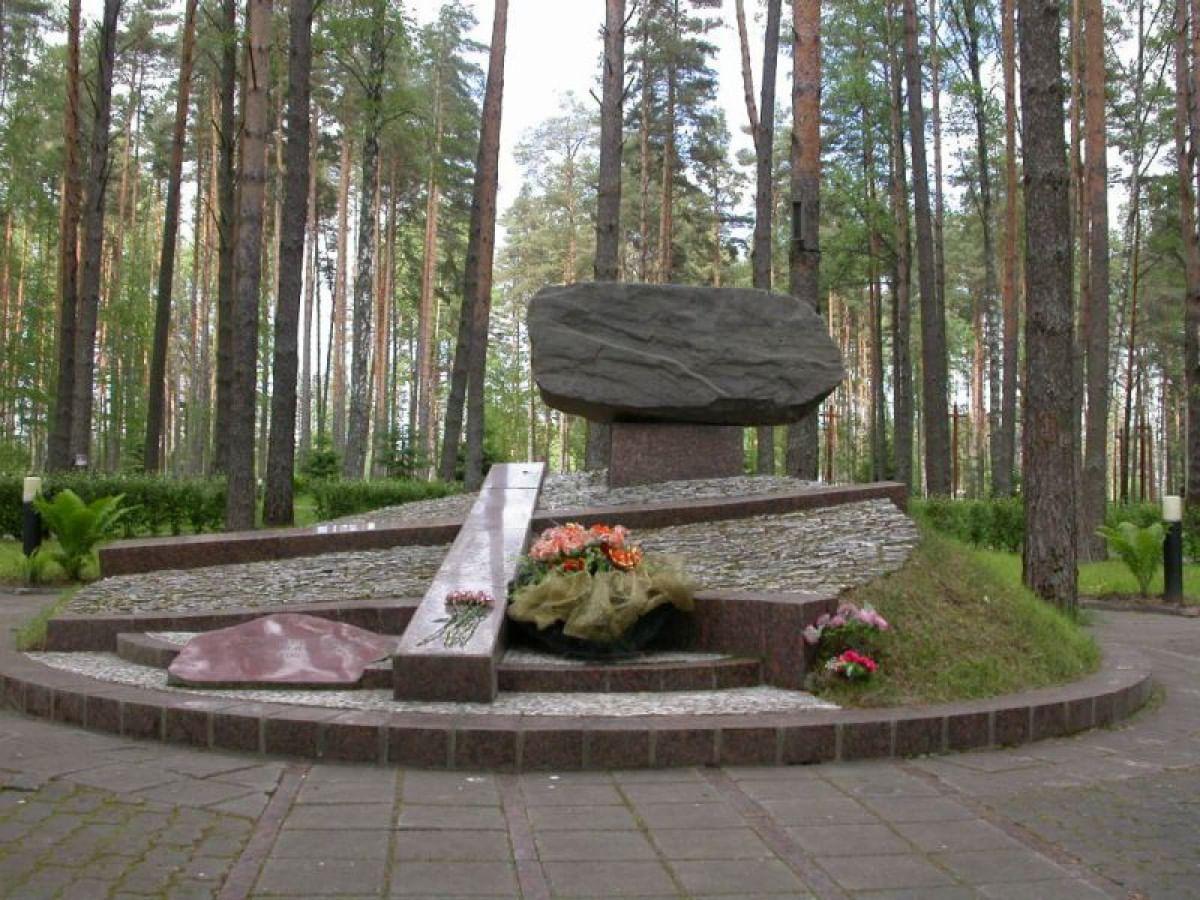 Мемориальный комплекс с крестом Нытва купить памятник на кладбище Полежаевская