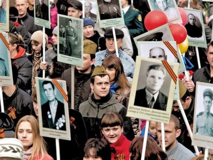 Акция «На парад с портретом деда»